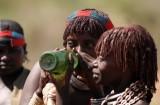 Een eigen gestookte alcoholische drank wordt gedronken om als verdoving te werken. Foto: Maurice van Steen
