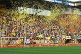 NAC Breda supporters. Sfeeractie met slierten. Foto: Maurice van Steen