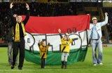 NAC Breda supporters. Tamas Peto neemt samen met zijn zoontje en dochter afscheid van het NAC-publiek.  Foto: Maurice van Steen