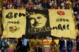 NAC Breda supporters op de Eretribune eren Ernie Brandts met een grote vlag. Foto: Maurice van Steen