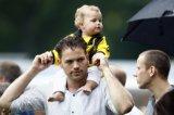 NAC Breda supporters. Vader met baby in NAC shirt op de schouders. Foto: Maurice van Steen